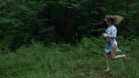 Dziewczyna biega przez drewien zbiory
