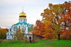 Dziewczyna biega wokoło Fyodorovsky katedry w Aleksander parku obraz stock