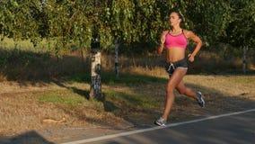 Dziewczyna biega wzdłuż krawędzi droga Taborowy bieg zdjęcie wideo