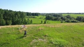 Dziewczyna biega z kanią na zielonym polu Śmiech i radość, świąteczny nastrój Rodzinny wakacje zbiory