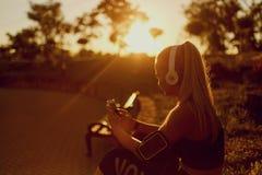 Dziewczyna biegacz słucha muzyka w parku Obraz Stock