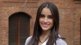 dziewczyna biel szczęśliwy odosobniony uśmiechnięty nastoletni fotografia royalty free