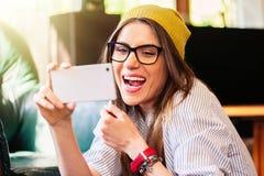 Dziewczyna bierze autoportret i śmiać się fotografia royalty free