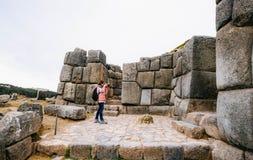 Dziewczyna bierze fotografię ściana w Sacsayhuaman zdjęcie royalty free