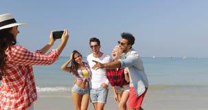 Dziewczyna Bierze fotografię ludzie grupy Na plaży Na komórka Mądrze telefonu Szczęśliwym Rozochoconym mężczyzna I kobiecie Pozuj zbiory wideo