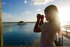 Dziewczyna bierze fotografię przy zmierzchem rzeczny molo obraz royalty free