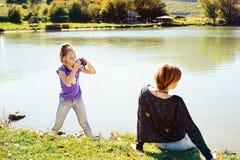Dziewczyna bierze fotografię przyjaciel zdjęcie stock