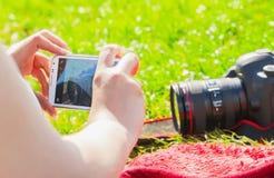 Dziewczyna bierze fotografię z jego smartphone Zdjęcia Royalty Free