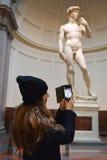 Dziewczyna bierze fotografie David Michelangelo w Galleria dell Accademia, Florencja Zdjęcie Royalty Free