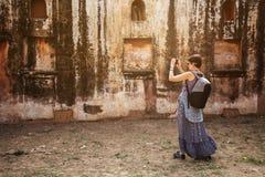 Dziewczyna bierze fotografie w forcie Amer indu Zdjęcia Royalty Free