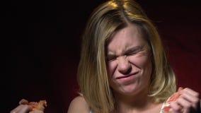 Dziewczyna bierze kąsek grymasy i grapefruitowy zbiory wideo