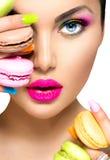 Dziewczyna bierze kolorowych macaroons Fotografia Stock