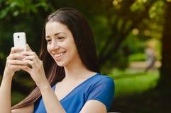 Dziewczyna bierze obrazek z jej telefonem Zdjęcia Royalty Free