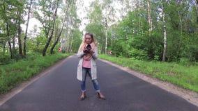 Dziewczyna bierze obrazki na lasowej drodze zdjęcie wideo