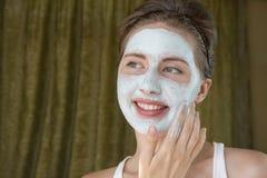 Dziewczyna bierze opiekę jej cera ablegruje moisturizer fotografia stock