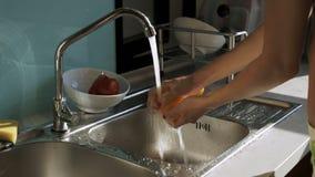 Dziewczyna Bierze pieprzu od talerza obmycie pod wodą zbiory