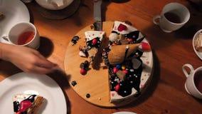 Dziewczyna bierze rżniętych kawałki tort i stawia one na spodeczkach zbiory wideo