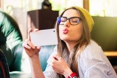 Dziewczyna bierze selfie i wysyła lotniczego buziaka obraz stock