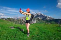 Dziewczyna bierze selfie podczas gdy wycieczkujący w górach Zdjęcie Stock