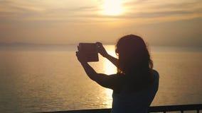 Dziewczyna bierze selfie zmierzch na telefon komórkowy kamerze podczas gdy podróżować na statku wycieczkowym swobodny ruch 1920x1 zbiory wideo