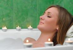 Dziewczyna bierze wannę przy świeczkami Zdjęcie Stock