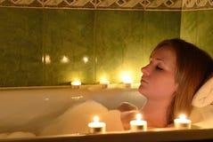 Dziewczyna bierze wannę przy świeczkami Obrazy Stock