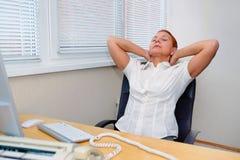 Dziewczyna biurowy kierownik ugniata zmęczonych mięśnie szyja opierający z powrotem w jej krześle obraz stock