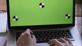 Dziewczyna biznes pracuje przy komputerem z zielenią Na drewnianym stole są papiery i dokumenty zbiory wideo