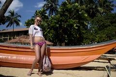 Dziewczyna blisko łodzi Zdjęcia Stock