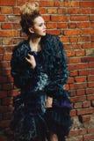 Dziewczyna blisko ściana z cegieł Obraz Stock