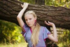 dziewczyna blisko ładnych drzewnych potomstw zdjęcie royalty free