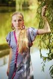 dziewczyna blisko ładnych drzewnych potomstw zdjęcia royalty free