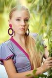 dziewczyna blisko ładnych drzewnych potomstw zdjęcie stock