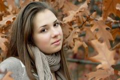 dziewczyna blisko dębowego drzewa Zdjęcia Stock