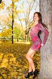 dziewczyna blisko drzewa zdjęcia stock