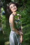 dziewczyna blisko drzewa zdjęcia royalty free