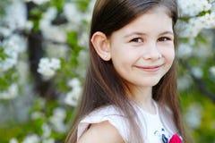 Dziewczyna blisko jabłoń kwiatów Obraz Royalty Free