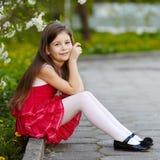 Dziewczyna blisko jabłoń kwiatów Zdjęcia Royalty Free