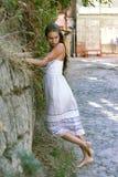 dziewczyna blisko pozyci ściany Fotografia Stock