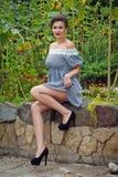 Dziewczyna blisko słoneczników w krótkiej sukni 25 Obraz Stock