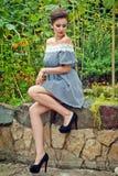 Dziewczyna blisko słoneczników w krótkiej sukni 26 Fotografia Royalty Free