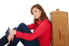 dziewczyna blisko siedzącej walizki zdjęcie stock