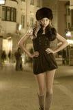 dziewczyna blond kędzierzawy ciemny futerkowy kapelusz Zdjęcie Stock