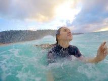 Dziewczyna bodysurfing w Hawaii Fotografia Stock