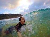 Dziewczyna bodysurfing w Hawaii Zdjęcia Royalty Free