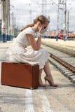 Dziewczyna brakował pociąg Zdjęcie Royalty Free