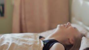 Dziewczyna budzi się up i opowiada uśpiony beefy chłopak w łóżku, wczesny świt zbiory wideo