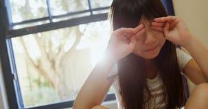 Dziewczyna budzi się up ona i naciera oczy 4k zbiory wideo