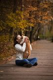 Dziewczyna buziak kot w parku w jesieni Obraz Stock