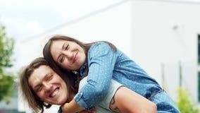 Dziewczyna całuje faceta obsiadanie na jego ramionach Czułość i opieka Miłość i pasja Związek para zdjęcie wideo